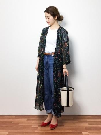 シフォンの花柄ワンピースを、羽織りとして使ってかわいらしく。ワンピースを一枚で着るよりも、デニムなどを合わせてカジュアルダウンさせてあげるのも◎