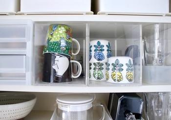 ケースやボックスなど、様々な形の収納を展開するアクリルシリーズ。こちらは、「重なるアクリルCDボックス」をキッチンの食器棚に入れて活用しています。重ねると崩れがちなマグカップを、ボックスに入れることでちょうどいいサイズで見える収納ができ、とっても便利!