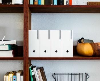 棚の書類はオブジェのように飾ってみて! 生活感が出てしまいがちな棚の書類は、空間をじゃましないシンプルなフォントを使用して!まるでアートを飾っているかのように、洗練された空間を演出できますよ!