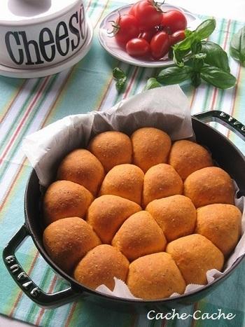 ストウブは、パンの発酵もお鍋の中で出来ちゃう優れもの! 出来上がったパンは、割ってみると、レッドチェダーチーズとクリームチーズが、とろ~り溶けてクリーミー。枝豆との相性も抜群!ほのかな塩気とバジルの風味をお楽しみ下さい♪