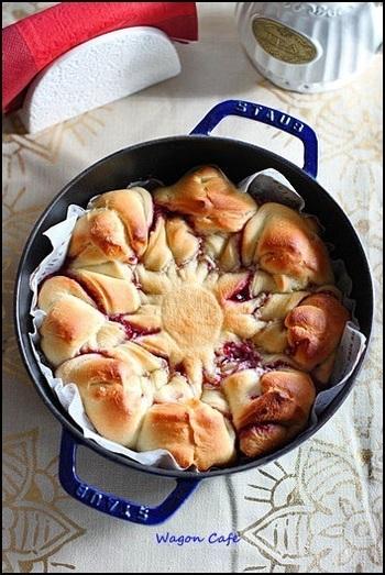 ストウブで焼くちぎりパンは、下の部分がカリッと焼け、中はふんわり!マスカルポーネとジャムの絶妙な組み合わせに、2個3個と手が伸びちゃう美味しさです!