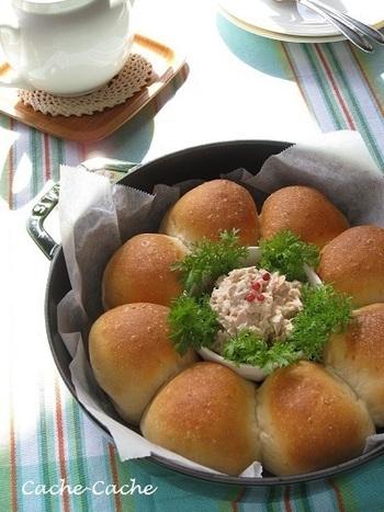 白ごまを練り込んだ香ばしい香りがたまらないちぎりパン。焼きあがったら、パンの中央に切れ目を入れ、粒マスタードを塗り、ツナ&オニオンとわさび菜をはさみ、仕上げにピンクペパーをふったら完成です♪