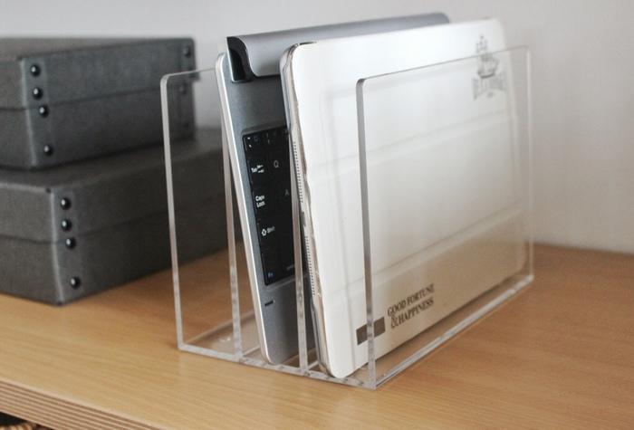 タブレット置き場に「アクリル仕切りスタンド(小)」を活用!立てて収納することで、空間に余裕ができてすっきりとした印象を与えてくれます。