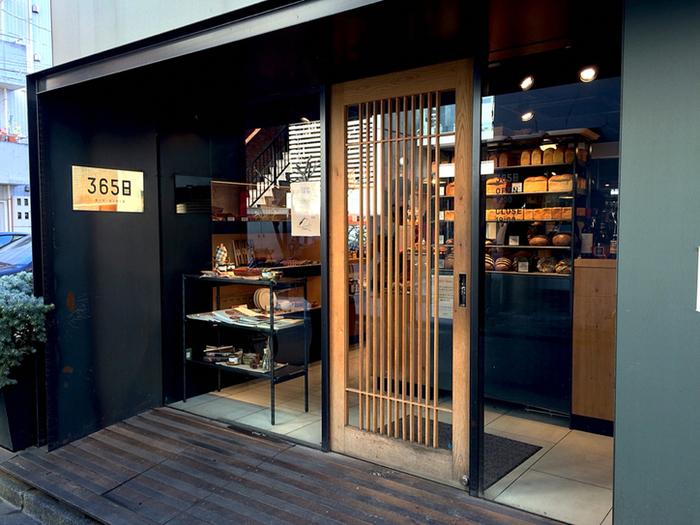 『365日』は代々木八幡駅から路地を入り、徒歩約1分ほどのところにある超人気店。 数々のお店をプロデュースする「杉窪章匡」さんがオーナーシェフを務めています。
