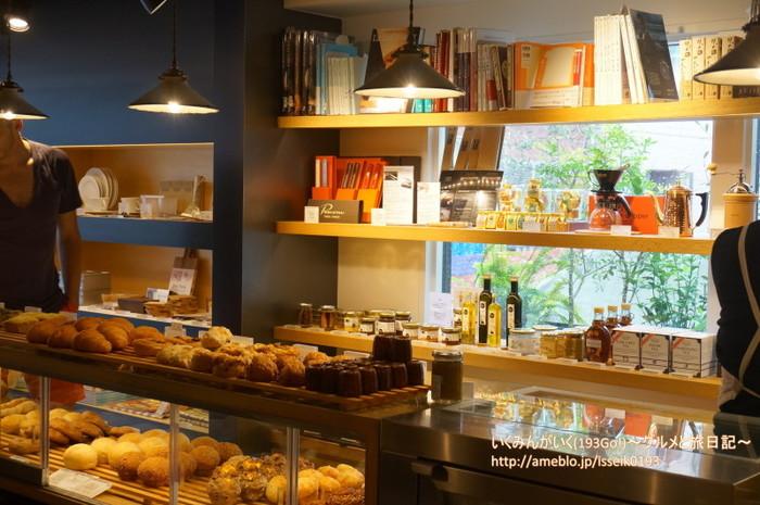 パン以外にも本や雑貨、さらにはお米や調味料、お茶など厳選された食材も並んでいて、購入することができます。