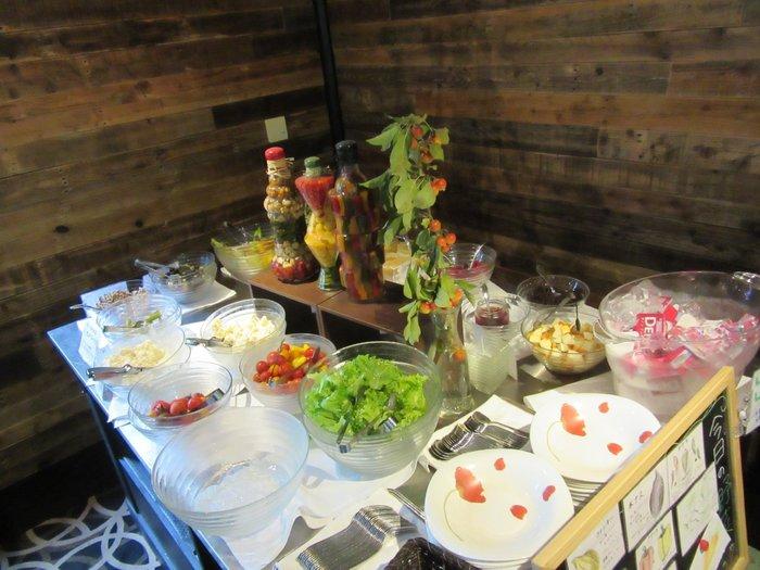 朝食は、気軽に楽しめるハーフビュッフェスタイルです。レストランで使われる野菜は、契約農家から仕入れるオーガニック野菜のみなので、健康を気遣う人におすすめです。