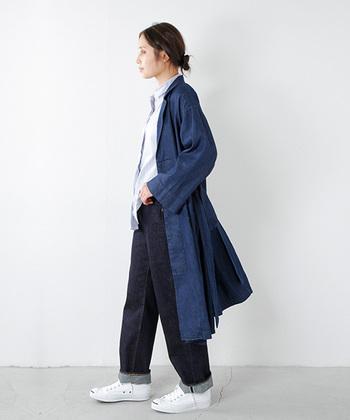 レイヤードに最適なロング丈。トレンチコートのようにさらっと羽織って大人の余裕を感じさせるデザインです。