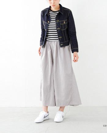 Lee(リー)より、ヘリテイジオリジナルスタンダードデニムジャケット。既存のモデルよりもほんの少し肩が狭くなったようなフィット感のある、女性らしいシルエットです。トレンドのワイドパンツとの相性が良く、バランスがとりやすい1着です。