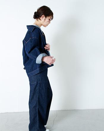 Attick by Johnbull(アティック バイ ジョンブル)のビッグサイズデニムジャケット。 今年のデニムジャケットは着方も新しい。オーバーサイズのGジャンを襟抜きのようにラフに着こなしてルーズな印象にまとめて。スタイリングも新しさを感じ、後ろ姿のおしゃれに演出できます。