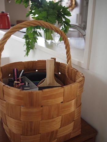 カゴの中はこんな感じ。卓球のラケットや時計などが入っています。さらに小さなケースを中に入れて、小物がカゴの下に埋もれてしまわないように配慮されています。