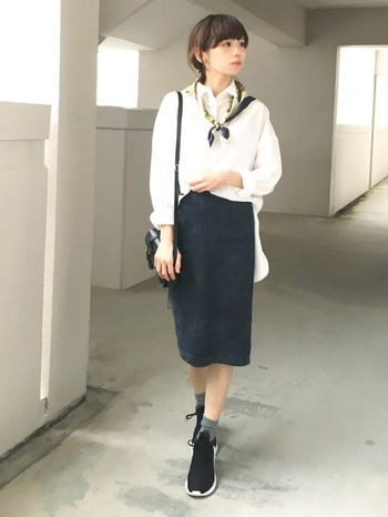 すっきりとしたデニムスカートに白シャツをイン。モノトーンでまとめた上下に、肩に巻いたスカーフがオシャレなアクセントになりガーリーな印象にしてくれています。