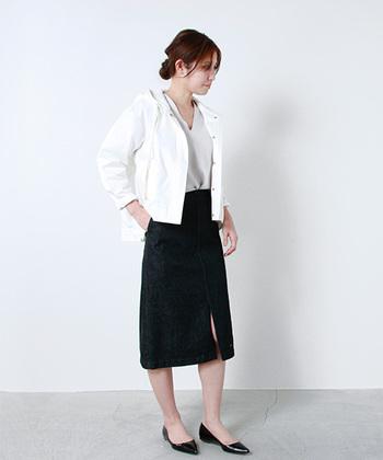 MY(マイ)のデニムスリットスカート。 ウェスト位置で穿く綺麗なAラインシルエットで、女性らしく合わせることができます。フロントに入った大胆なスリットもドラマティックで素敵。ブラックデニムならモノトーンにまとめてモードな着こなしも楽しめます。