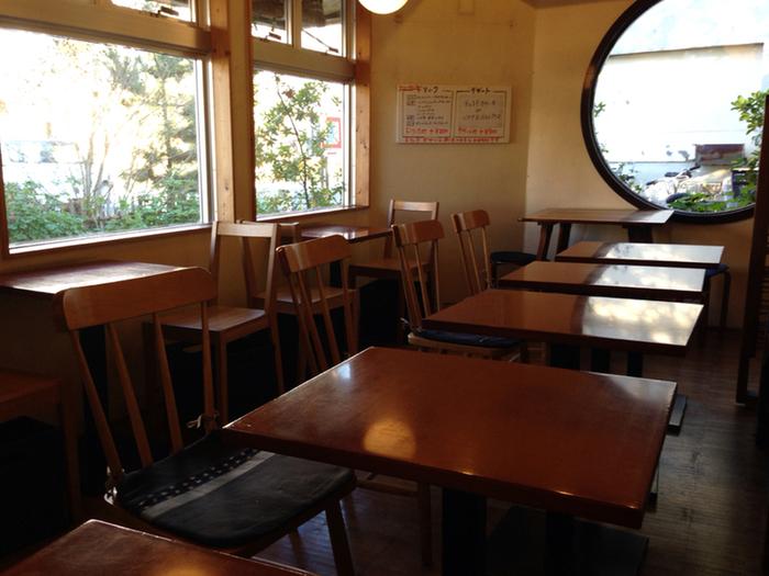 鎌倉市農協連即売所の近くにある「COBAKABA」。 新鮮な野菜をたっぷり使った定食が味わえると、地元で人気の食堂です。朝から営業のこの店では、定食を数種類用意。人気は、五穀米のご飯・味噌汁・サラダに小鉢(冷奴、納豆、生卵の中からチョイス)がセットになった朝ごはん。