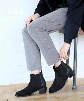 シンプルなデザインがカジュアルにもきれいめにも合うサイドゴアブーツ。足元をすっきり見せてくれて、パンツにもスカートにもベストマッチ。