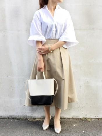すっきりとしたタックスカートに、さり気なく白シャツを合わせたコーディネート。ハリ感のあるスカートなので、シンプルだけどきっちり感が演出でき春先にぴったりですね。とっても爽やかな着こなしになっています。