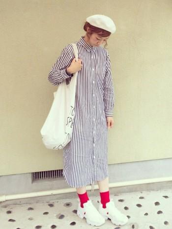 ピンクの靴下が足元のコーディネートに可愛さをプラス♡アクセントカラーが取り入れやすい白のシューズは、毎日のコーデで大活躍間違いありません!