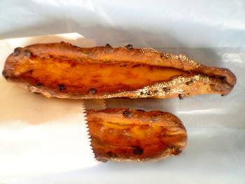 筆者のおすすめパンは、カレンズ(レーズンの一種)を練りこんだ生地にカマンベールチーズのスプレッドを抱き込んだ「カレンズカマンベール」。おいしくないはずがない組み合わせです。