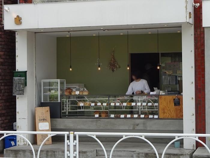 経堂駅からは徒歩約6分ほど。道沿いから、美味しそうなパンが並ぶショーケースが見えるお店です。『オンカ』は、表参道の人気店『パンとエスプレッソと』の系列店なんですよ!
