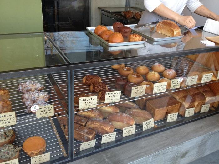 ショーケースには、素朴ながらもセンスの良さを感じるパンが並びます。