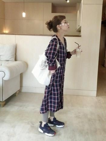 可愛いチェックシャツワンピのコーディネート♪リーボックのシューズは歩きやすさも抜群なので、ママコーデとしても使えそうです。