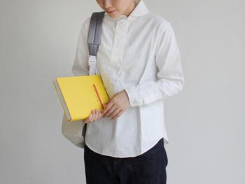 清潔感があり、さらっと一枚で着こなしたい白シャツ。プルオーバータイプなのでいつもと違った着こなしが楽しめます。ちょこんとついた丸襟が可愛らしいですね。