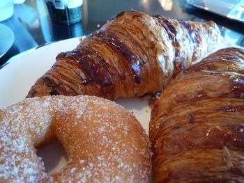 宿泊した方だけが召し上がることのできる、ピエールエルメのクロワッサン・・・・! 朝食のレストランはいくつかから選べるそうですが、コレお目当てに・・・・と言う方も多いそう。 確かに、ピエールエルメのクロワッサンを味わえる数少ない場所。 ぜひとも味わいたいものです!