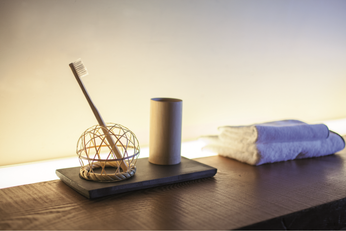 歯ブラシを編み目に立てて使用できる「歯刷子スタンド」。その下は、750年もの歴史がある愛媛の菊間瓦で作られた「瓦トレイ」です(画像提供:YUIRO)