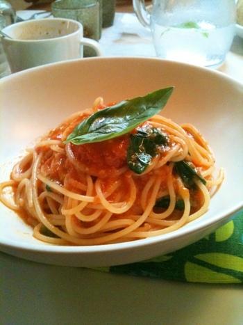 新鮮な野菜を使ったパスタはまさに絶品。トマトの甘み、美味しさを存分に味わうことが出来ます。食器下のクロスも可愛らしいですね。