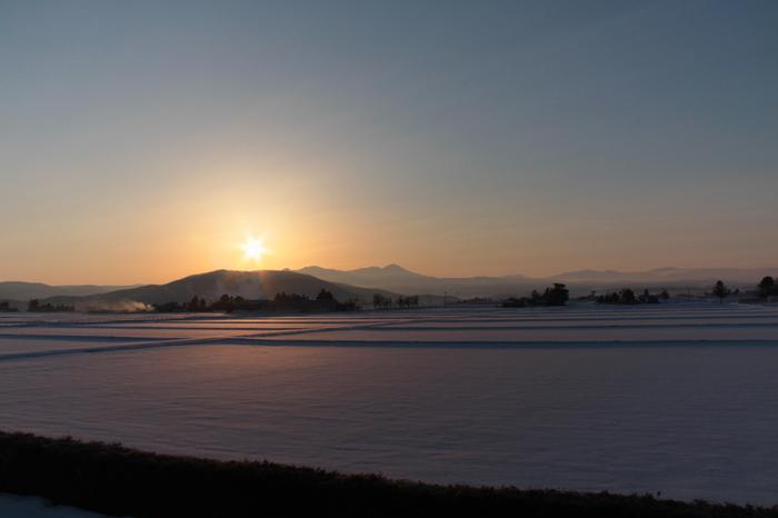 """""""写真の町""""として有名な北海道・東川町。遠くに見える旭岳からは、北海道の美しい四季を感じることが出来ます。各地からの移住者も多い東川町には、いたるところにギャラリーやカフェがあります。ドライブをしながら色々見てまわるのもおすすめです。"""