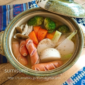 土鍋で作るかぶのポトフ。保温性の高い土鍋で作ることで温かさが続き、食材も柔らかく仕上がります。生姜パウダー入りなので身体も温まりそう。寒い日のメニューにおすすめです。