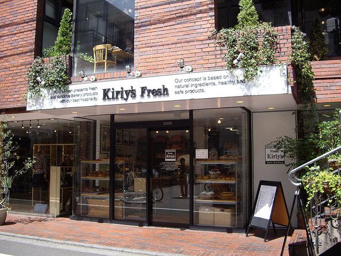 『キリーズフレッシュ』は成城学園駅の北口を出てすぐのところにあります。2階には広々とした空間が気持ちのいいカフェが。パンは1階で買うことができます。イートインスペースもありますよ。