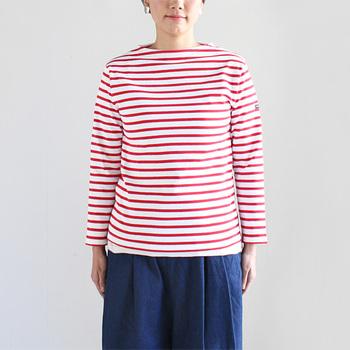 ボーダーシャツといえば、こちらのセントジェームスをまず思い浮かべる人も多いですよね。定番中の定番と言えるボーダーボートネックTシャツは赤を選んで、元気の良さをアピール。首回りのあきが小さめで、春先から美しく着ることができます。