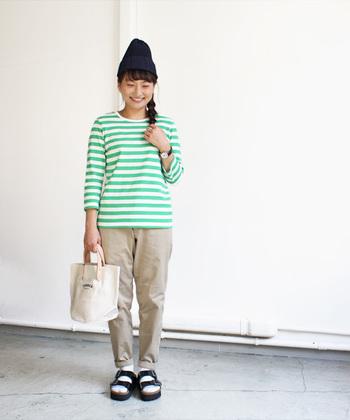 こちらは同じマイヨのボーダーTシャツでも、もっと明るい雰囲気を持ったグリーンです。まるで初夏の初々しいグリーンのようなフレッシュな雰囲気を持ったお色なので、いつもとちょっと違った装いを作りたいときにおすすめです。
