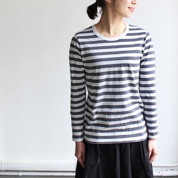 マイヨのダークグレーのボーダーTシャツは、肩のラインをきちんと合わせてあげることで女性らしいラインをきれいに出すことができます。