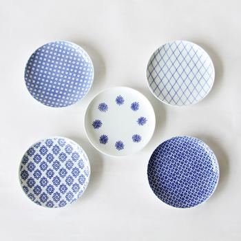 スタイリッシュさと懐かしさを合わせ持つデザインの小皿。江戸時代から受け継がれる印判という手法で染付された小皿で、一つだけでも素敵な柄ですが、5種類揃うことで、より柄と色味の魅力が感じられます。