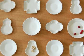 柄も模様も色味もない、白い器。だからこそ、形の美しさ、可愛らしさが引き立つお皿です。たくさんあればあるほど、並べれば並べるほど、心が踊り始めてしまいます!