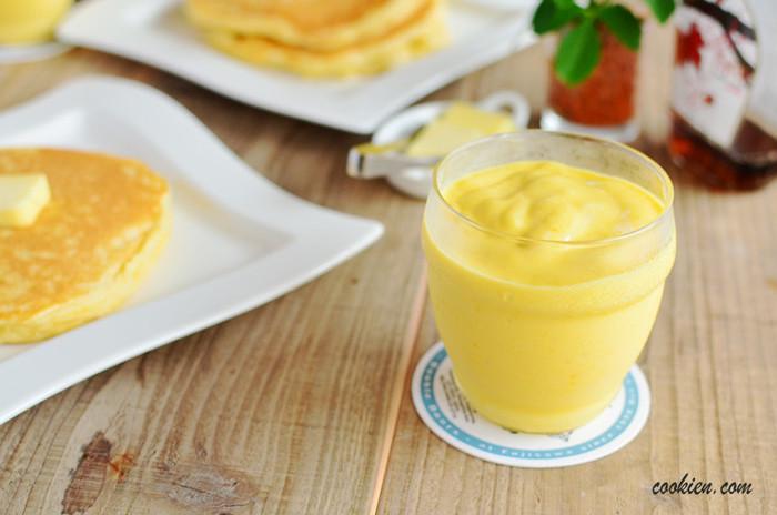ぷるぷるおいしい、そしてとってもヘルシーな「マンゴースムージー」です。 作り方は簡単!ヨーグルトに一晩つけたドライマンゴーと、牛乳、氷をブレンダーに入れて混ぜるだけで、あっという間に濃厚なマンゴースムージーのできあがり!