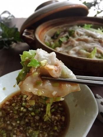 キャベツと豚肉を土鍋で蒸した楽チンレシピ。簡単なのにとっても美味しい。ごま油香る薬味のネギ生姜と、ポン酢でさっぱりと。キャベツもたっぷりいただけます。