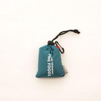 エコバッグは使わない時にはコンパクトにできるのが嬉しいですね。小さくするとこんなにかわいくなりました。カラビナ風のホルダーが付いているのもポイント。