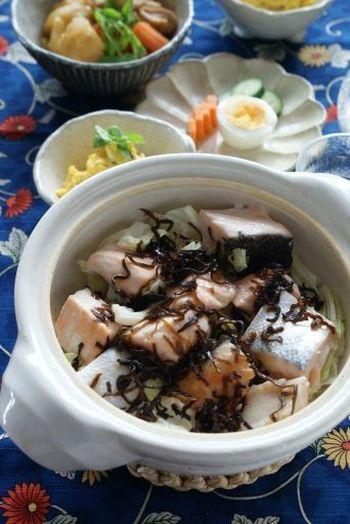 こちらも旬の春キャベツを使って鮭の土鍋蒸し。味付けは塩昆布のみなので、とっても簡単。ふっくら蒸された鮭に塩昆布の旨みがよく絡み、春キャベツの甘みも楽しめます。ポン酢でサッパリいただくのも美味しいですよ。