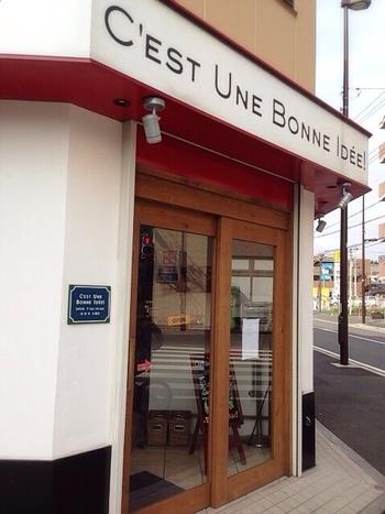向ヶ丘遊園駅北口から徒歩約3分。白い壁に木製のドアが目印です。『セテュヌ ボンニデー』は代々木八幡の『365日』と同じ、杉窪シェフがプロデュースするお店なんです。
