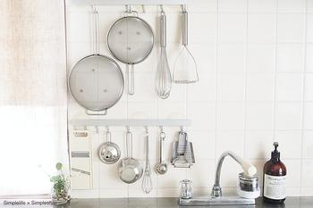 フックを設置すれば、壁だって立派な収納スペースに!調理道具を吊るしておくと、作業の効率がかなり変わります。見せる収納を意識して、素材や質感を揃えるのも素敵ですね。