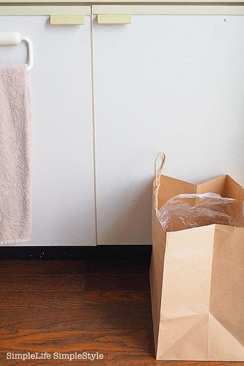 床に置きっぱなししておくと、意外とかさばるゴミ箱。必要な時だけあれば十分という場合は、こんな風に紙袋とビニール袋で作る簡易ゴミ箱が便利です。このまま捨てられる手軽さも嬉しいですね!