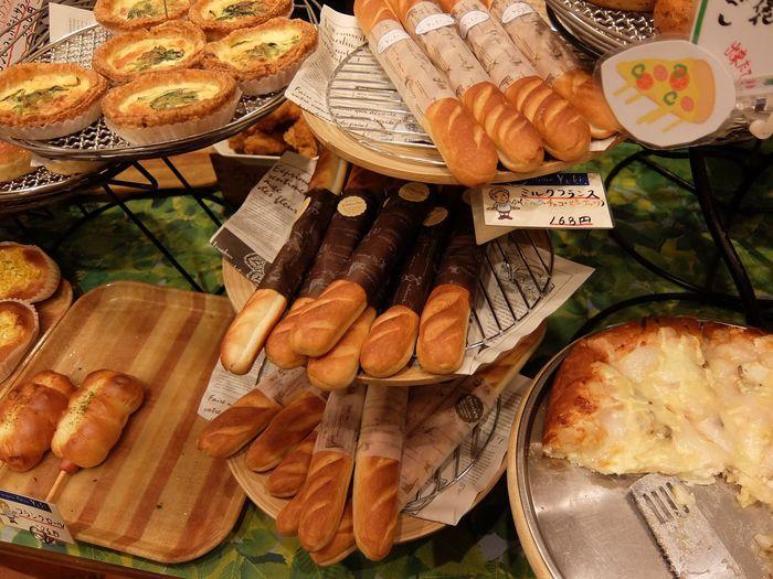 惣菜パンからおやつパンまでパンの種類は目を見張るほど。焼き菓子もあります。