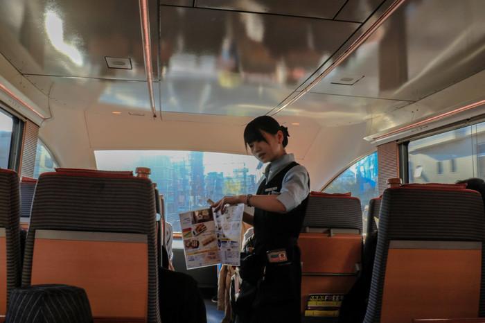 ロマンスカーの車内販売されているコーヒーやスイーツを食べながら、わくわく気分で窓の外を眺めていれば、あっという間に箱根に到着です。