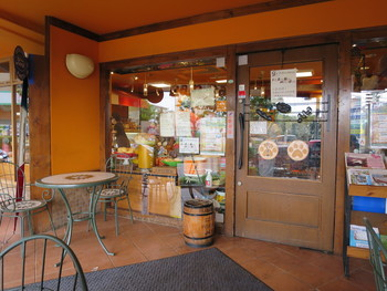 最寄り駅の玉川学園前からは約2kmとちょっと遠めのパン屋『パン・パティ』。町田駅からなら、バスが便利です。お店の前にはテラス席があり、店内で買ったパンを食べることもできます。