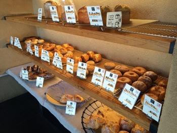 素朴なルックスにして、噛めば噛むほど小麦の味が出るパンばかり。パン好きがリピートする理由がわかります。