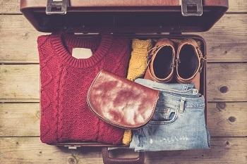 旅行の半分を費やすこともある「移動時間」。旅行先での計画はバッチリでも、大きく膨れた荷物では移動だけでヘトヘト・・・という事態になりかねません。着回しがきく服を選んだり、絶対に必要なアイテム以外は旅行先で調達するなど、荷物はコンパクトにまとめましょう。