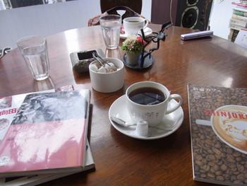 丁寧に淹れられたコーヒーと過ごす落ち着いた読書の時間は最高の贅沢ですね