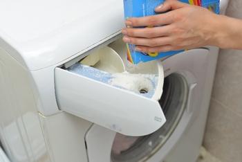 柔軟剤専用投入口に、使用量を守って入れておきます。 洗濯機が一番良いタイミングで入れてくれるのでおまかせしましょう。